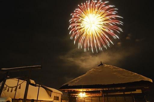 大内宿の雪景色を花火