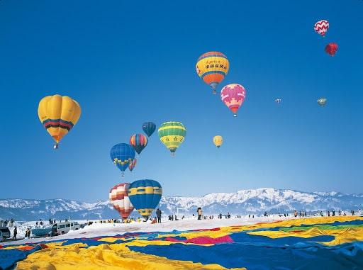 雪原と気球