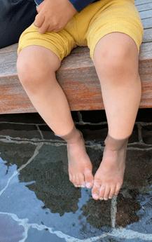 足湯につかる子供