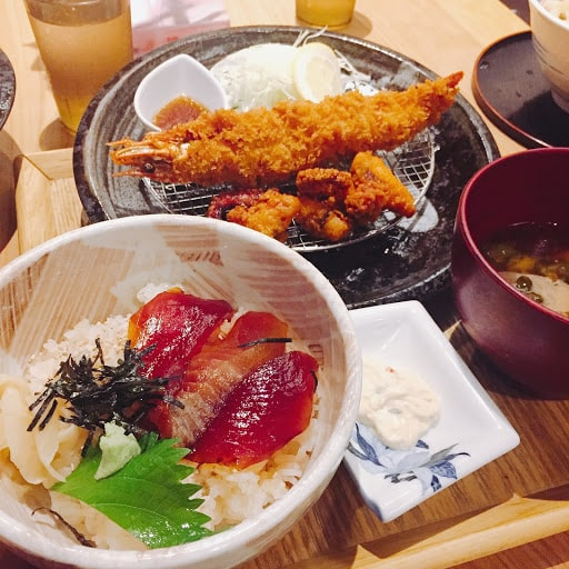 海鮮丼とエビフライ定食